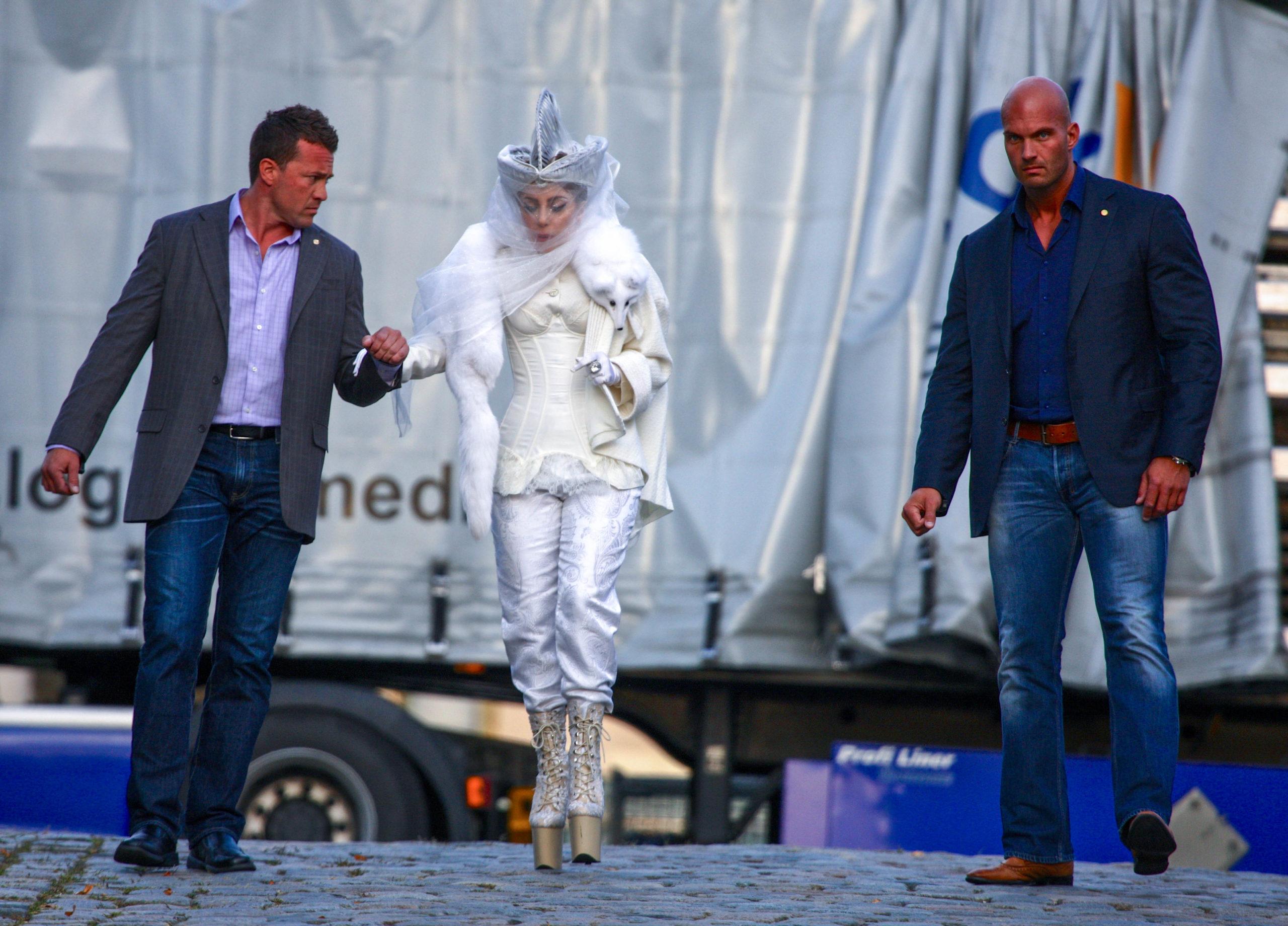 Schloss Bensberg Hier muss Lady Gaga gestützt werden