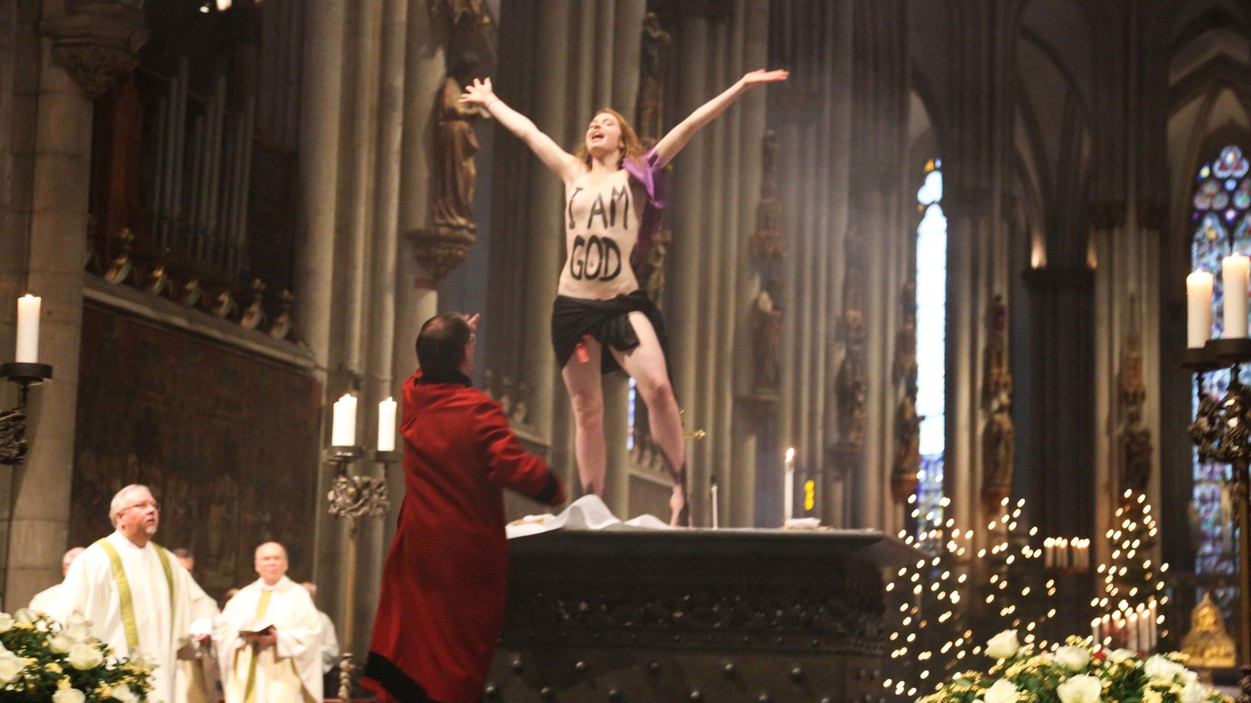 Femen-Protest im Kölner Dom: Nackte Frau klettert auf Altar